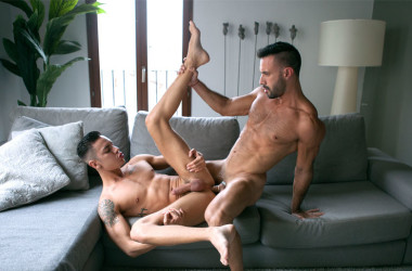 Latin muscle studs Flex Xtremo and Angel Cruz flip-fuck at CockyBoys