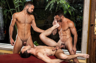 Manuel Skye fucks Drake Rogers & Jeffrey Lloyd in a bareback threeway – Lucas Entertainment