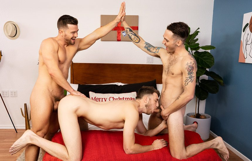 Sean Cody: Newbie Bentley in a bareback X-MAS threesome with Deacon and Kurt